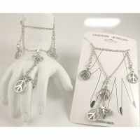 PEACE SIGN HAND JEWELRY PIECE IN SILVER COLOR